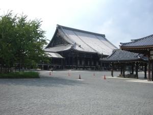 西本願寺 少し離れて写しました。